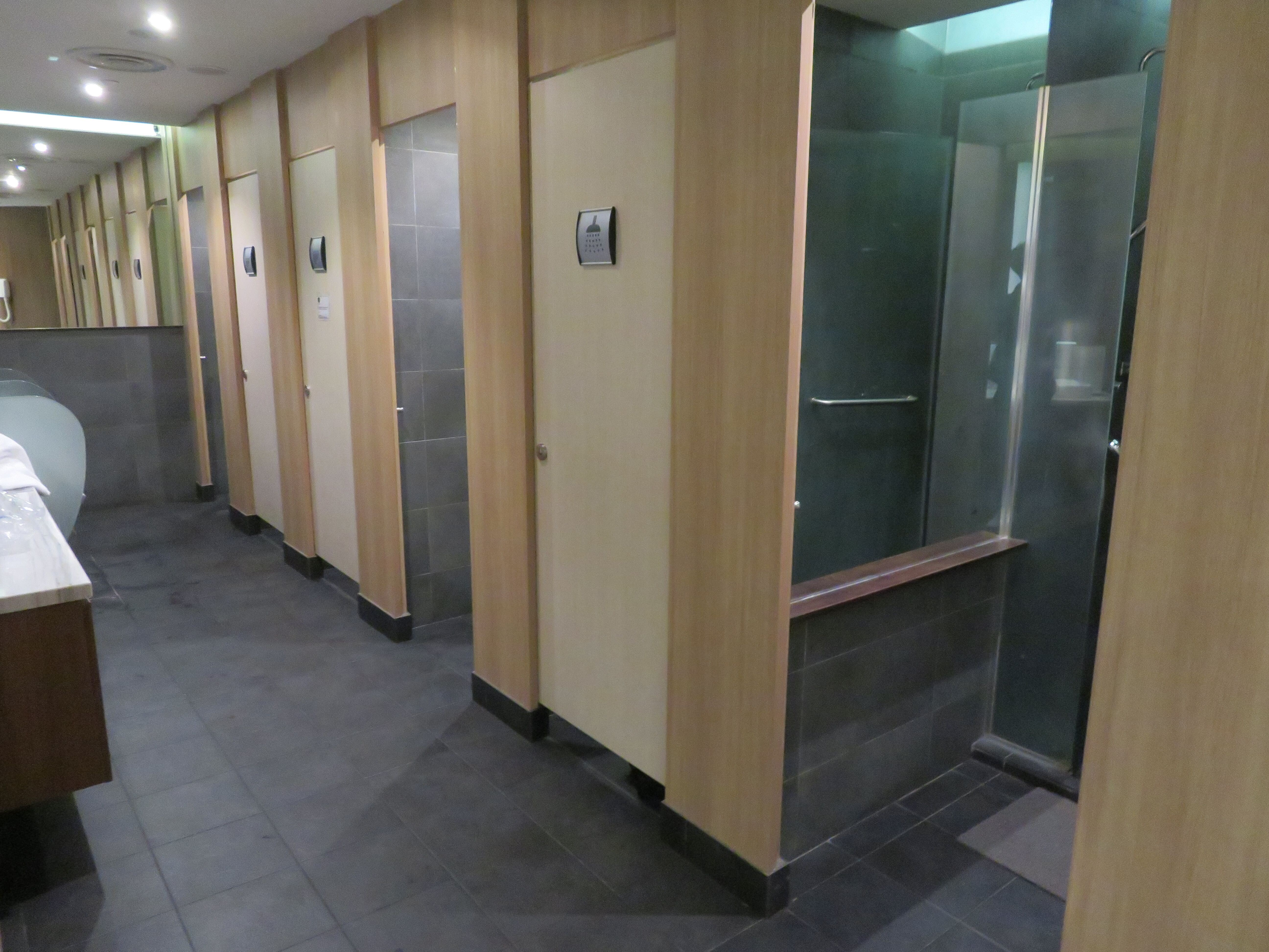 SATSプレミアラウンジのシャワー室