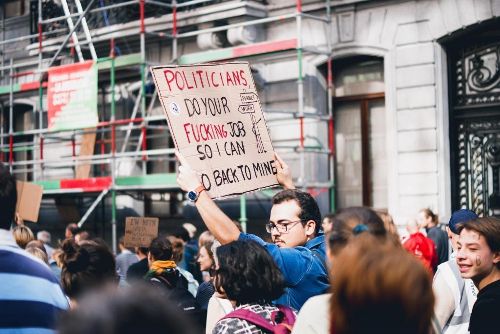 政治家たちの給与を減らすべき