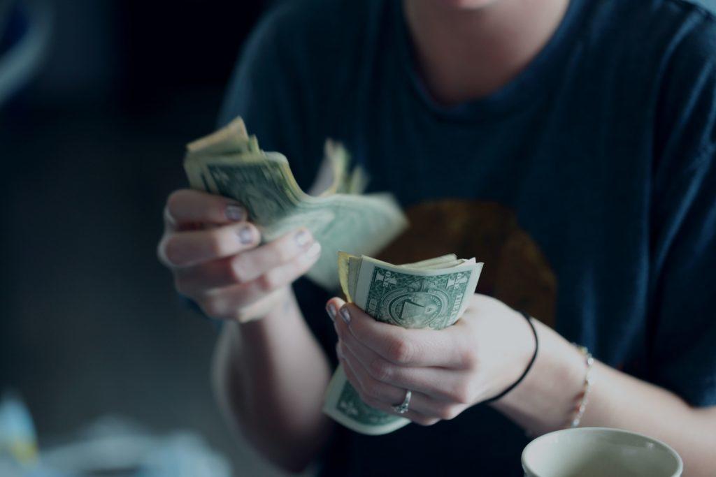 お金は貯まらない